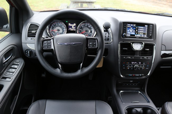 2016-chrysler-town-and-country-3