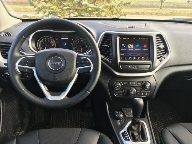 jeep-cherokee-trailhawk-2016-cockpit
