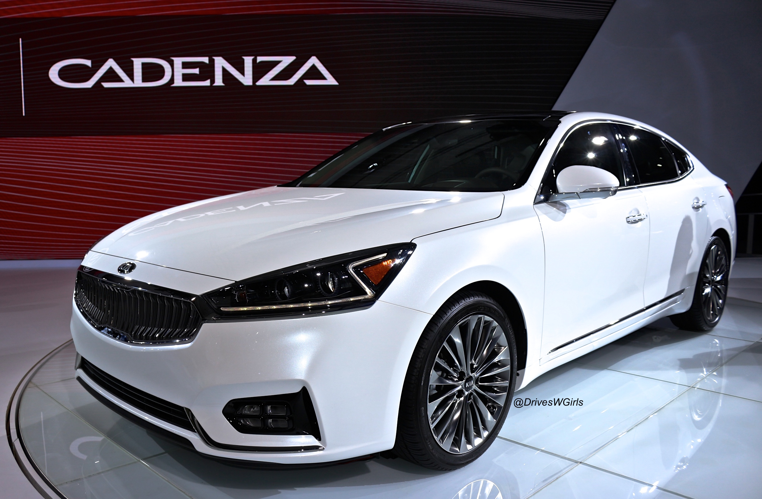 kia unveils new cadenza at the new york intl auto show. Black Bedroom Furniture Sets. Home Design Ideas