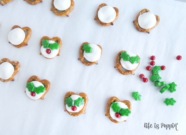 easy-holly-pretzel-bites-decorations